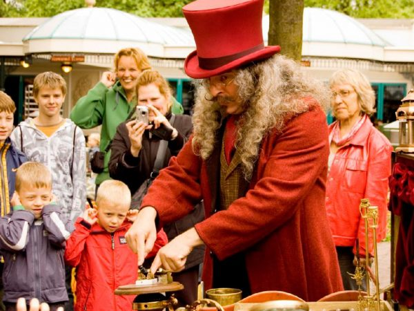 Dr. Q's Magistrale Vlooiencircus boeken? - Euro-Entertainment B.V.